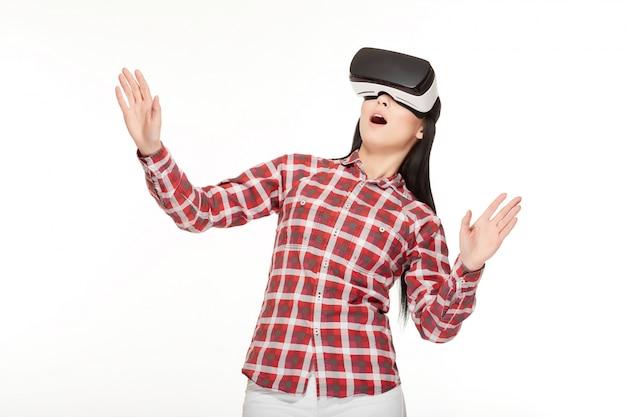 Schockierte frau, die spiel in der virtuellen realität spielt und gestikuliert.