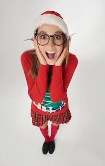 Schockierte frau mit weihnachtsmütze