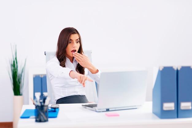 Schockierte junge geschäftsfrau im büro