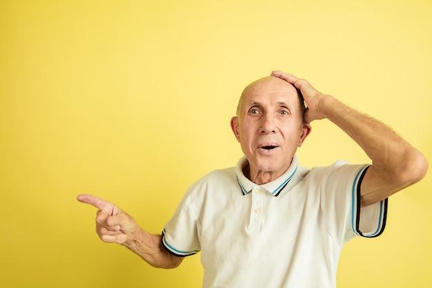 Schockierter älterer mann, der zur seite zeigt