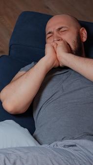 Schockierter mann, der wegen gesundheitsdiagnostik nicht aufhören will zu weinen
