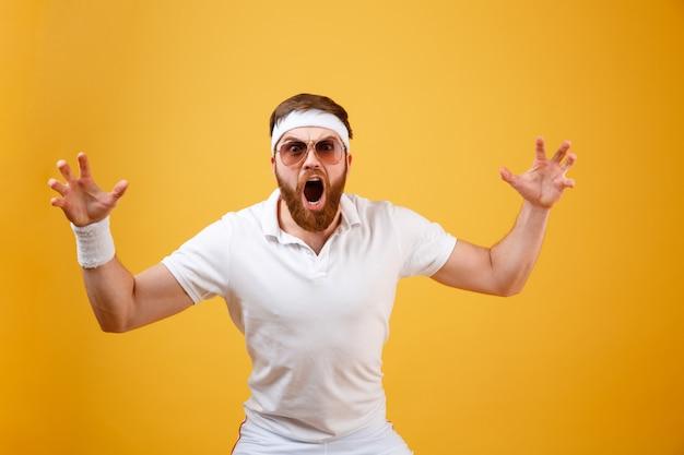 Schockierter sportler in sonnenbrille mit offenem mund