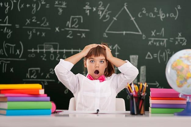 Schockierter süßer schüler im klassenzimmer