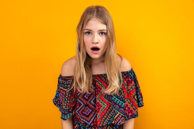 Schockiertes junges blondes slawisches mädchen, das nach vorne schaut