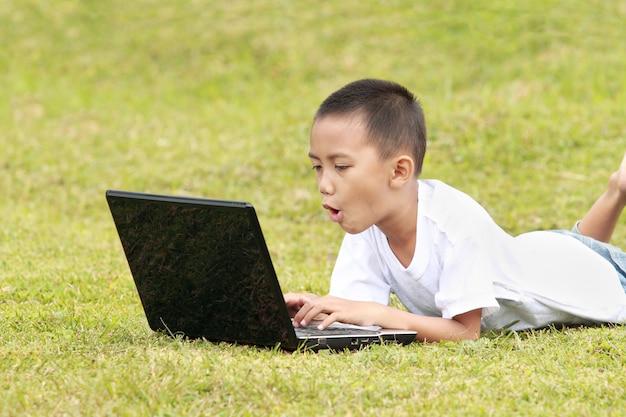 Schockiertes kind auf laptop
