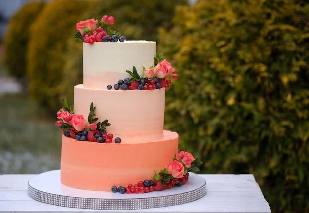 Schön dekorierte hochzeitstorte mit rosen