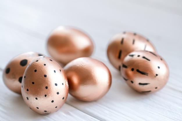 Schön dekorierte ostereier der goldenen farbe.