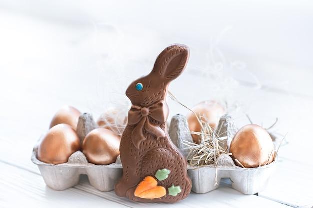 Schön dekorierte ostereier mit schokoladenhase.