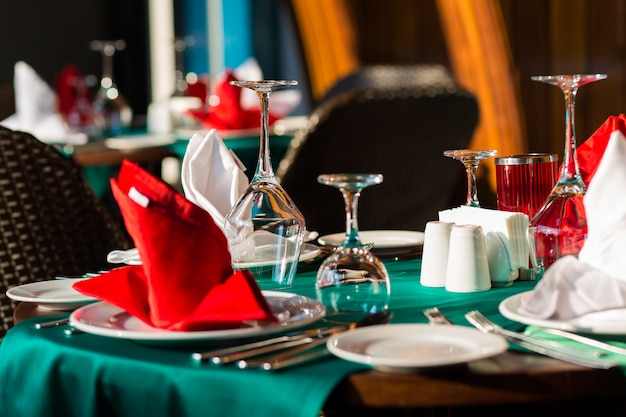 Schön dekorierte tischdekoration mit schönem dekor mit tellern und servietten. der elegante esstisch