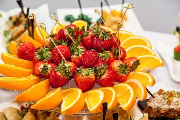 Schön dekorierte vorspeisen für die catering-banketttafel. catering für veranstaltungen snacks für buffet