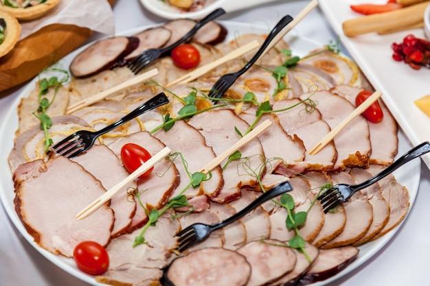 Schön dekorierte vorspeisen für die catering-banketttafel. catering für veranstaltungen snacks