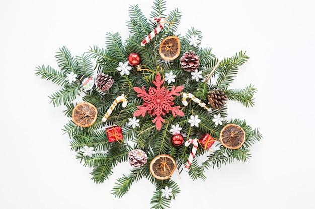 Schön dekorierter weihnachtskranz