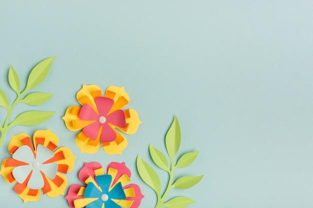Schön farbige papierfrühlingsblumen mit kopienraum
