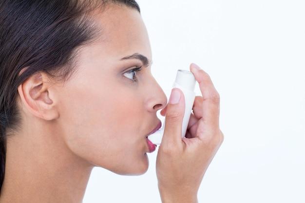 Schön mit ihrem inhalator