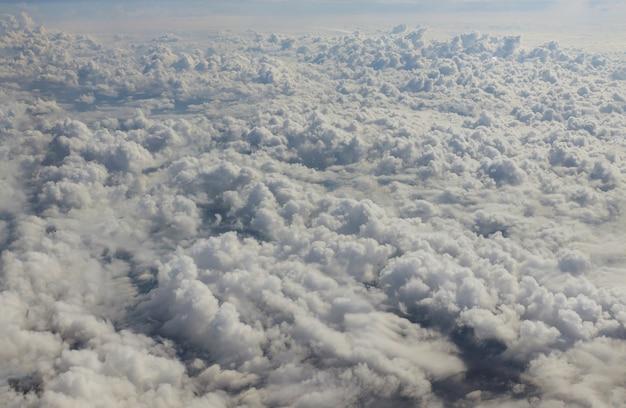 Schön mit weißen wolken blauer himmel meer eine ansicht von einem flugzeug