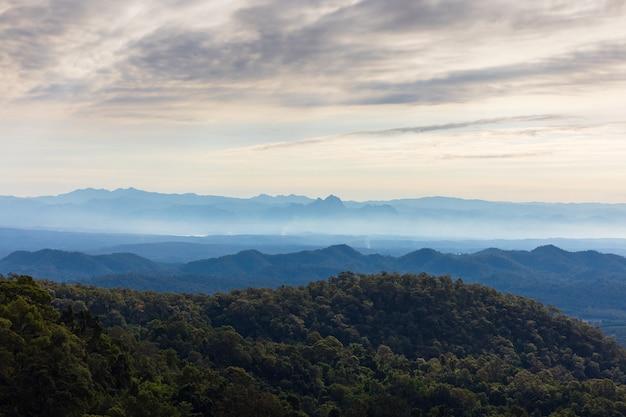 Schön über der bergkette im westen von thailand