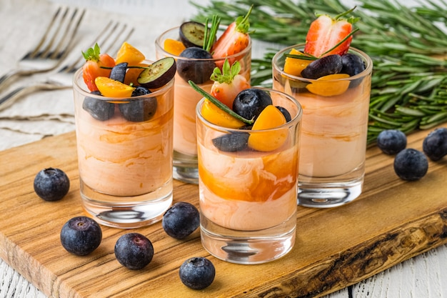 Schön verzierter verpflegungsbankettisch mit zusammenstellungsvielfalt von verschiedenen lebensmittelsnäcken und -aperitifs auf unternehmensweihnachtsgeburtstagsfeierereignis oder hochzeitsfeier