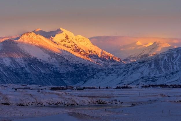Schön vom sonnenaufgangmorgen im land von island-winter.