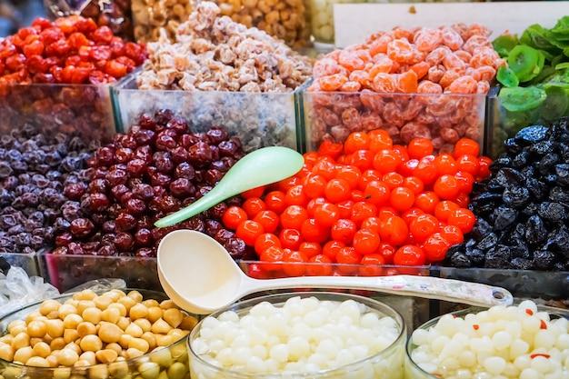 Schön von der süßigkeit und vom bunten süßigkeiten nachtisch im markt des süßwarenladens.