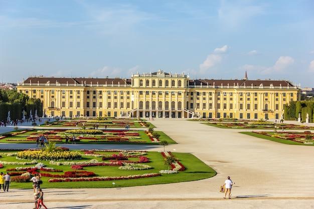 Schönbrunner schloss und es ist berühmte parklandschaft