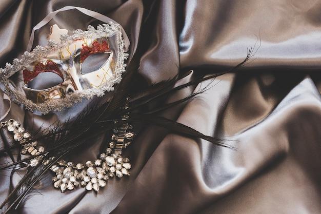 Schöne accessoires für die maskerade auf seide
