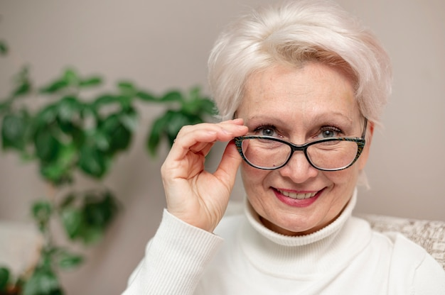 Schöne ältere frau des porträts mit gläsern