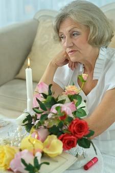 Schöne ältere frau, die im zimmer weint