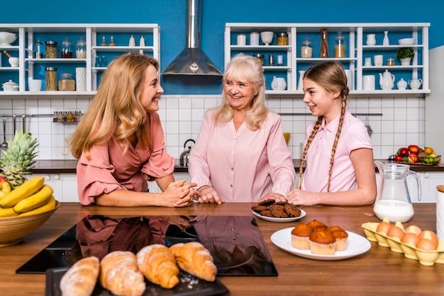 Schöne ältere frau und familie bakin in der küche