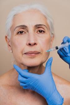 Schöne ältere frauen, die sich einer plastischen operation unterziehen