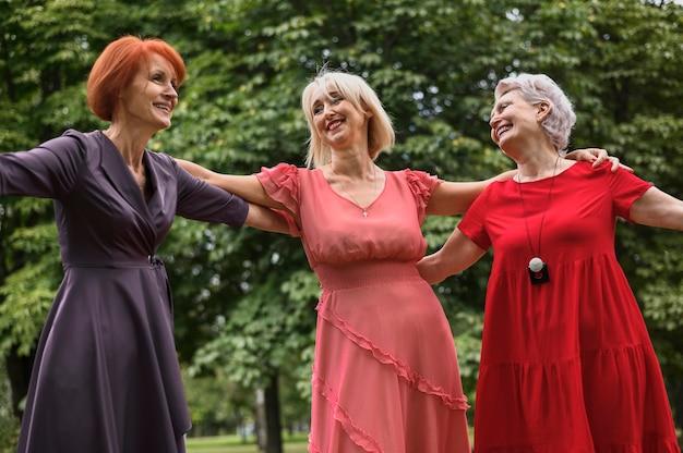 Schöne ältere frauen zusammen im freien