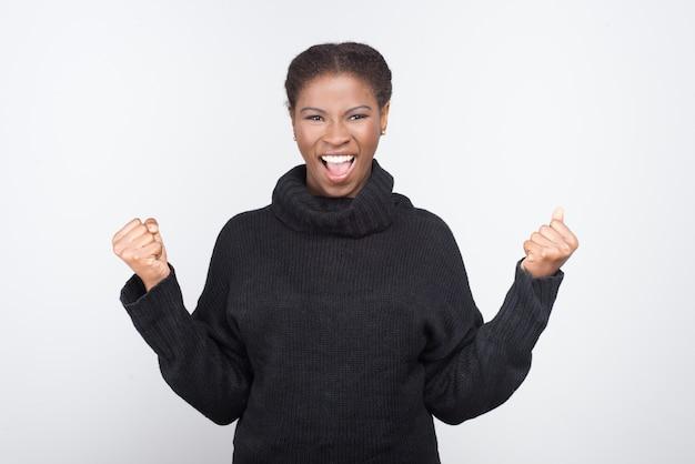 Schöne afroamerikanerin mit erhobenen fäusten