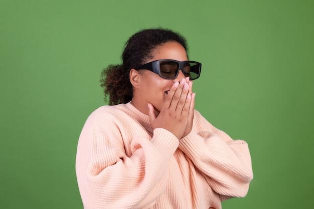 Schöne afroamerikanische frau auf grüner wand mit 3d-kinobrille glücklich fröhlich positiv