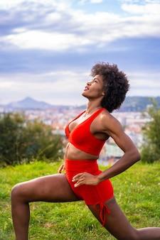 Schöne afroamerikanische frau, die natur ausübt