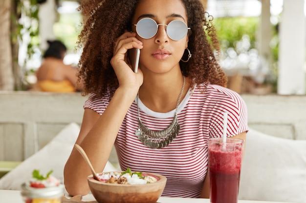 Schöne afroamerikanische frau im café