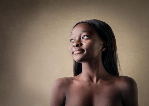 Schöne afrofrau