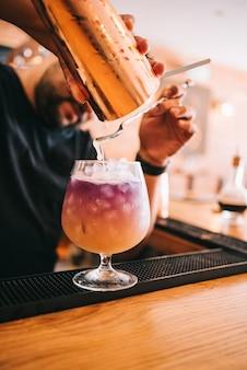 Schöne alkoholische cocktails auf einer party, an der bar, wodka in gläsern