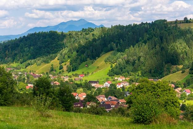 Schöne alte häuser unter bergen in brasov