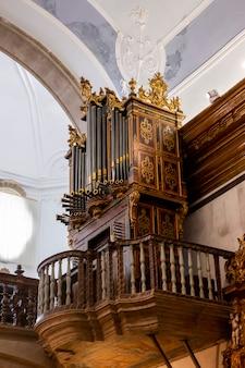 Schöne alte orgel im inneren der kirche von carmo in faro, portugal