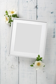 Schöne anordnung von frühlingsblumen von wildrose. leerer rahmen für text, gelbe wildrosenblume auf weißem hintergrund. valentinstag, ostern, 8. märz, happy women's day. flache lage, ansicht von oben.