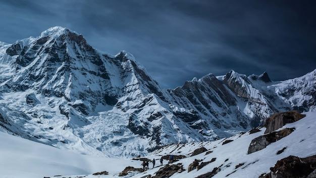 Schöne ansicht der berge, die im schnee in annapurna conservation area, chhusang, nepal bedeckt sind