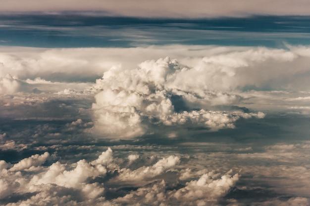Schöne ansicht der weißen wolken während des sonnenuntergangs