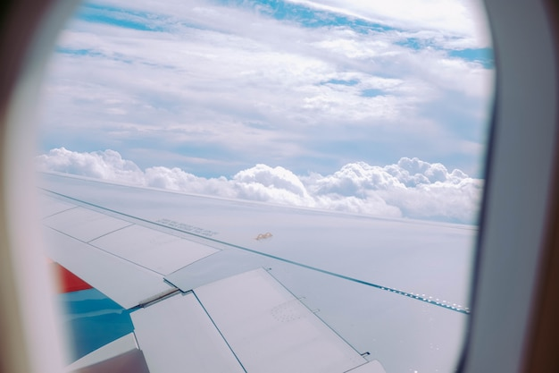 Schöne ansicht der wolken, die von einem flugzeugfenster eingefangen werden