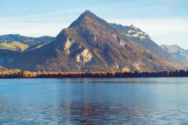 Schöne ansicht des berges mit see gegen blauen himmel