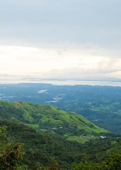 Schöne ansicht des costaricanischen regenwaldes von der gebirgsspitze