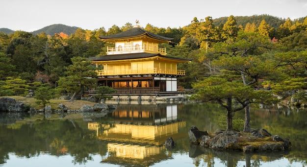 Schöne ansicht des kinkakuji-tempels in kyoto, japan