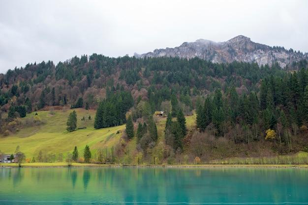 Schöne ansicht des landschaftsdorfs und -berges am herbst in engelberg, die schweiz