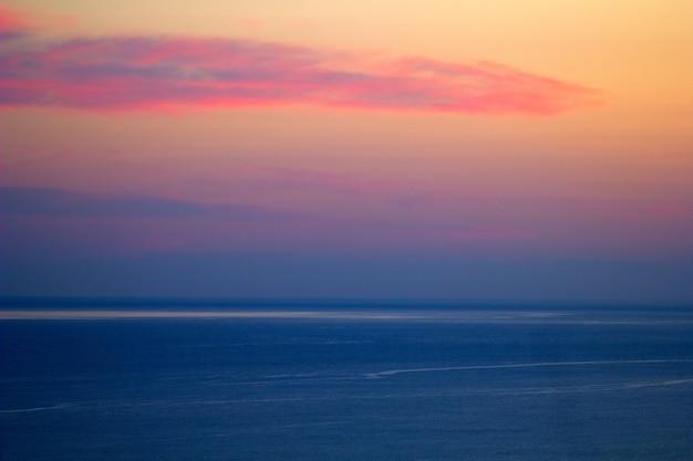 Schöne ansicht des meeres und des himmels am sonnenuntergangpastellfarbminimalismus