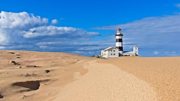 Schöne ansicht eines leuchtturms am strand unter dem blauen himmel, der in südafrika gefangen genommen wird