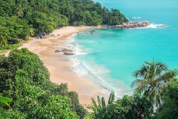 Schöne ansicht über spitzensommerstrandlandschaft und gebirgszug in patong setzen phuket thailand auf den strand