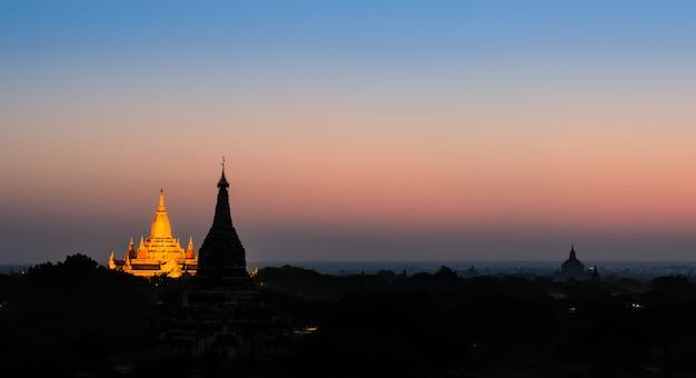 Schöne ansicht von bagan an der dämmerung, myanmar